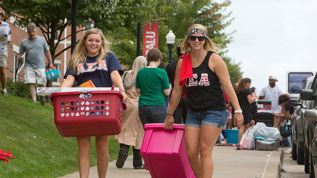 Cal U Greek students help freshmen move in.